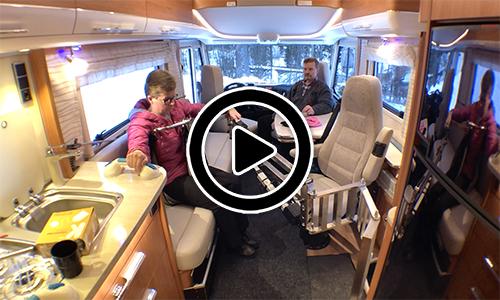 Henkilön liikkuminen matkailuautossa avustajan kanssa ja ilman